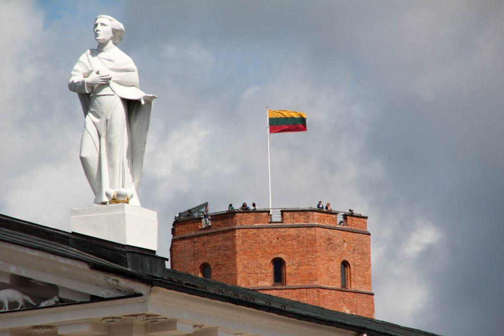 vilnius flag lithuania gediminas tower